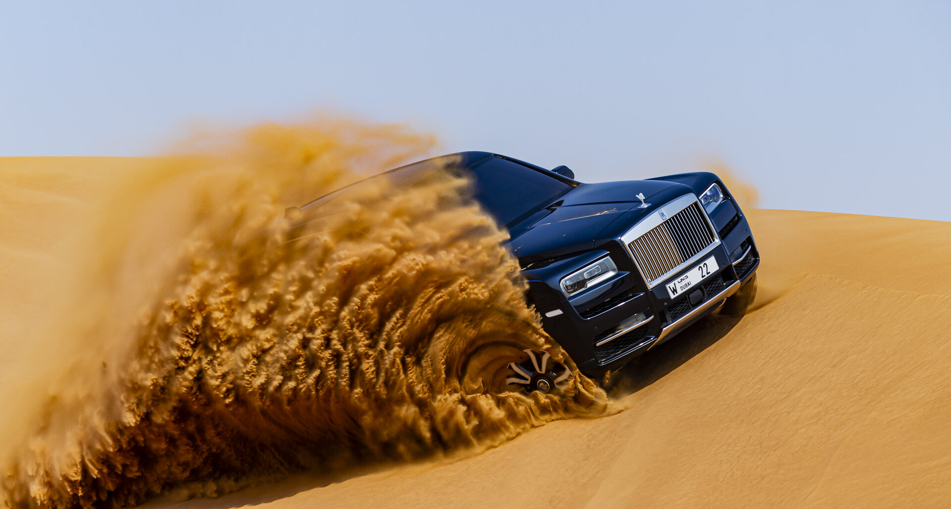 Un millonario árabe lleva su Rolls-Royce Cullinan al desierto para mancharlo de arena